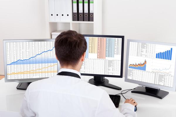 CFD-Trader sitzt am PC und handelt an der Börse